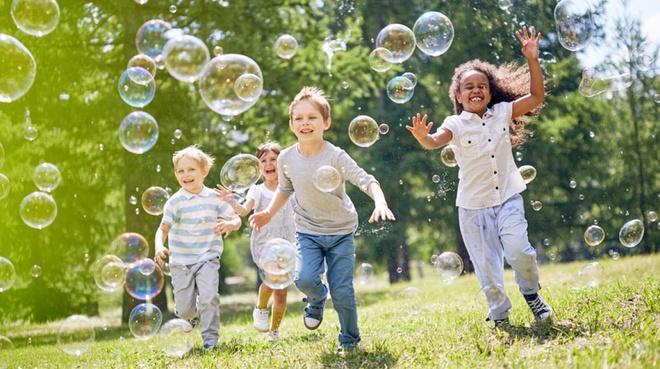 kids_playing_bubbles_istock